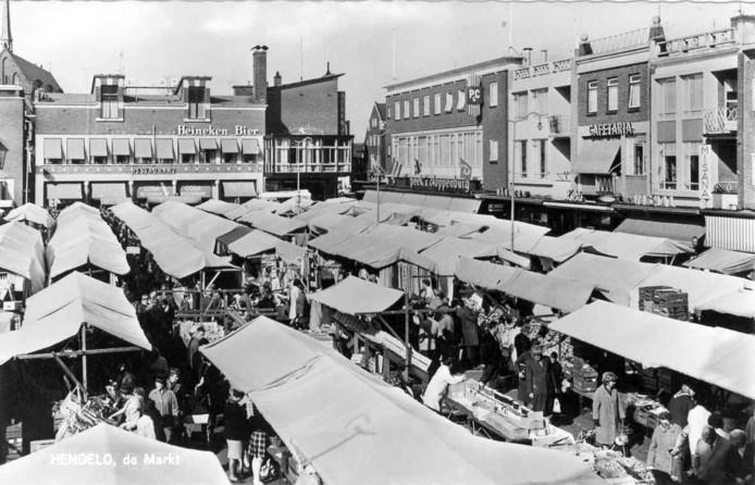 De Hengelose warenmarkt staat sinds 1958 op de huidige plek.