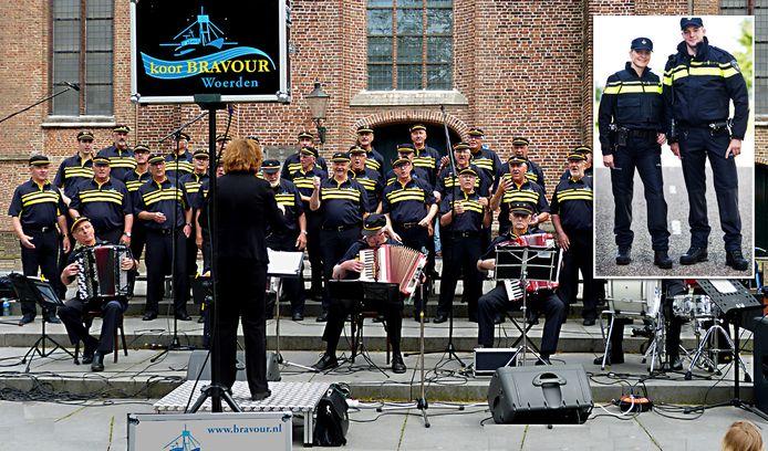 Shantykoor Bravour geeft een optreden op het Kerkplein in Woerden. Inzet: het uniform van de politie dat in 2014 gelanceerd werd.