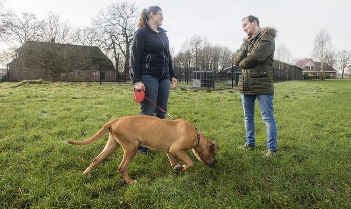Bas Schrotenboer en medewerkster Merlina van Belzen met hond Beezle.