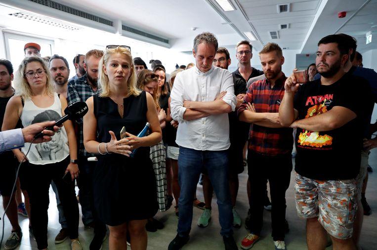 Adjunct-hoofdredacteur Veronika Munk spreekt de redactie toe nadat het gros heeft besloten op te stappen uit solidariteit met de ontslagen hoofdredacteur Szabolcs Dull.  Beeld Bernadett Szabo / Reuters