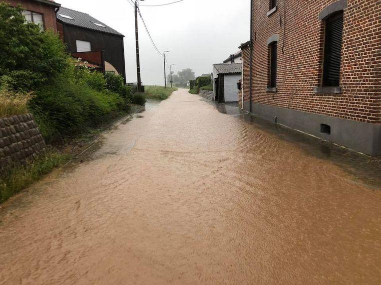 De Velmseweg in Attenhoven (Landen) lijkt wel een rivier.