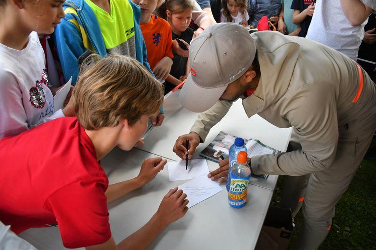 Memphis Depay deelt handtekeningen uit tijdens de opening van het Johan Cruyff Court in Moordrecht. Beeld Sylvia van Straalen