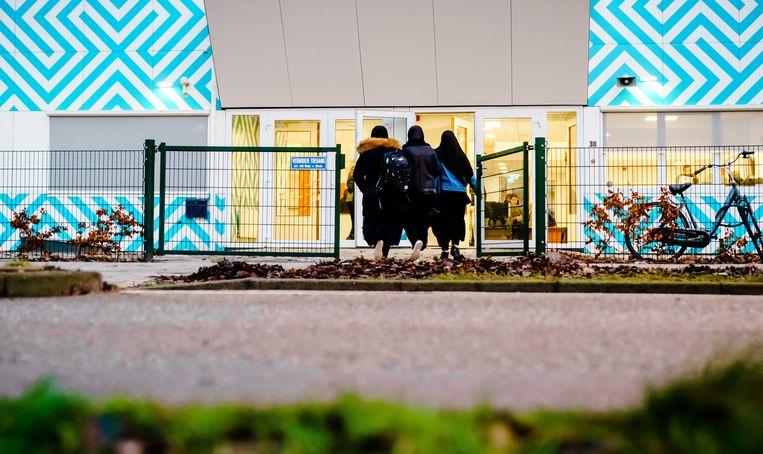 Leerlingen lopen naar het Amsterdamse Cornelius Haga Lyceum. Beeld ANP