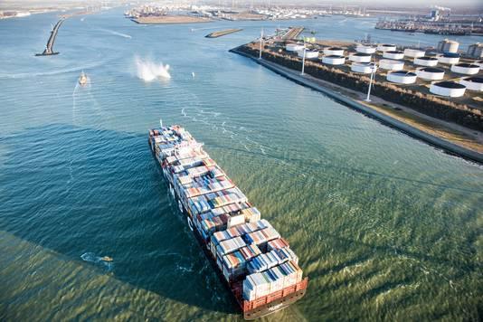 Het containerschip MSC Oscar vaart  voor het eerst de Rotterdamse haven binnen.