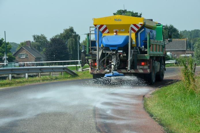 De straten van Maarn en Driebergen worden bestrooid met nat zout om smeltend asfalt te voorkomen (foto ter illustratie).