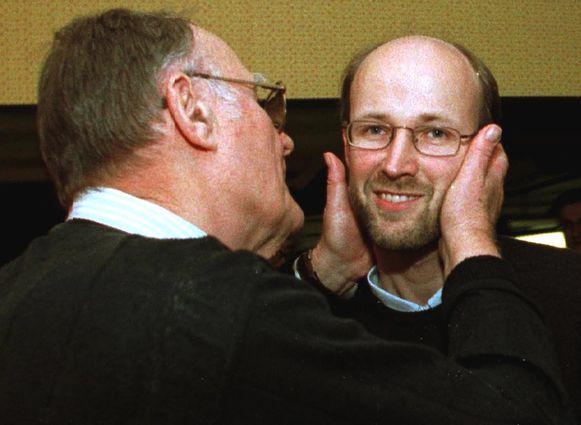 Ikea-stichter Ingvar Kamprad kust zijn zoon Peter. De foto dateert van 2009.