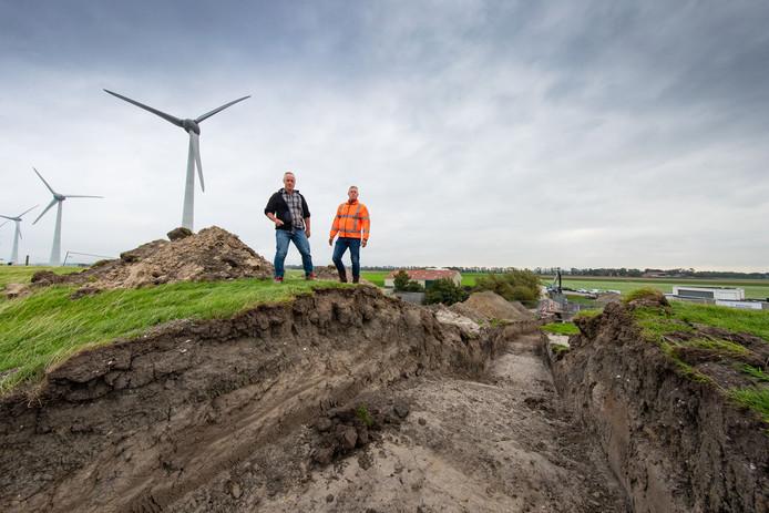 Projectleider Pieter Vos (links) bekijkt de hevels in wording in de Westermeerdijk.