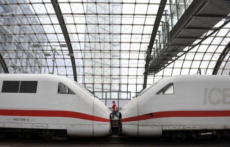 Een internationale trein van Deutsche Bahn in Berlijn.  Nu duurt de reis tussen Amsterdam en Berlijn per spoor nog 6 uur en 20 minuten.  Beeld afp