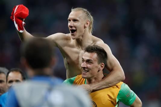 Domagoj Vida viert de zege op Rusland met doelman Lovre Kalinic.