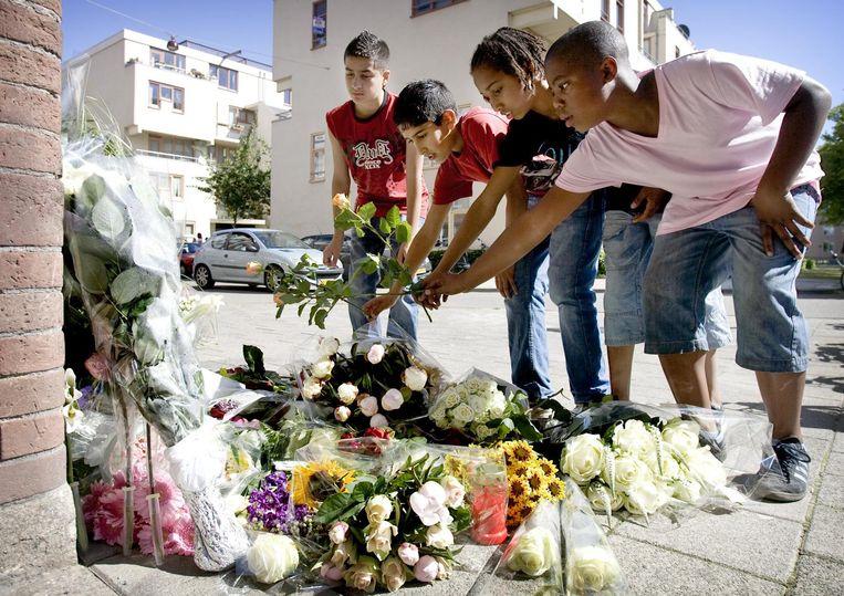 Na de dood van Robienna legden vrienden bloemen bij het huis Beeld ANP