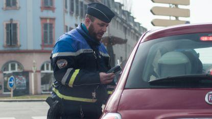 Dronken bestuurder steelt politiewagen: hij scheldt agenten uit door megafoon