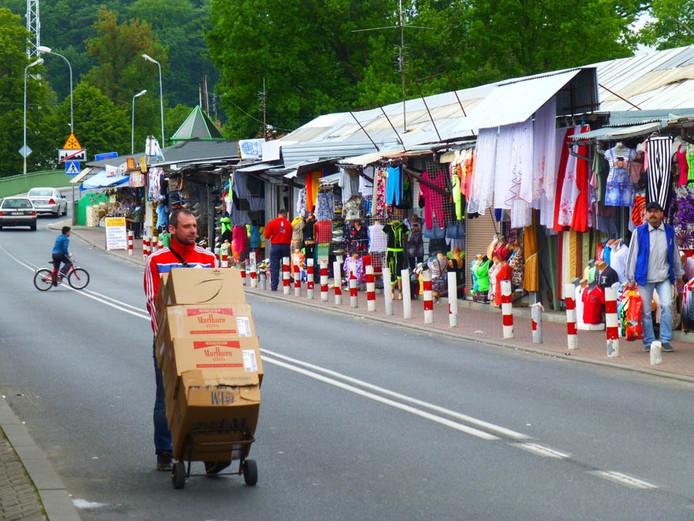 Uitstapje naar Polen voor deelnemers wolvenreis. Er is een Polen-markt net over de grens bij rivier Neisse.
