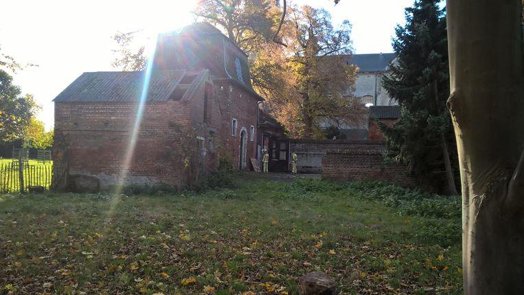 De brandweer controleert het Oud Abtskwartier, een van de twee getroffen gebouwen.