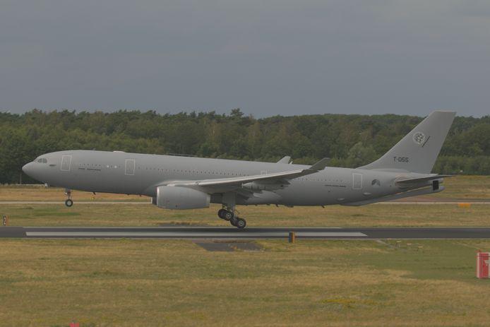 De Airbus A330 zet de landing in
