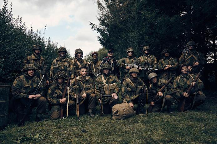 De cast van Paratrooper met achter in het midden achter (met zwarte pet) filmmaker Lance Nielsen.