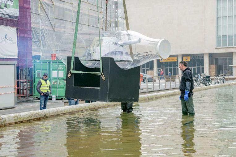Het werk van Tom Herck werd maandagmorgen geplaatst in de fontein voor het Kursaal van Oostende