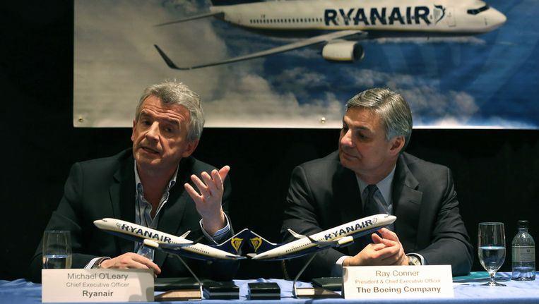 Ryanair-CEO Michael O'Leary (links) naar Boeing-CEO Ray Conner Beeld getty