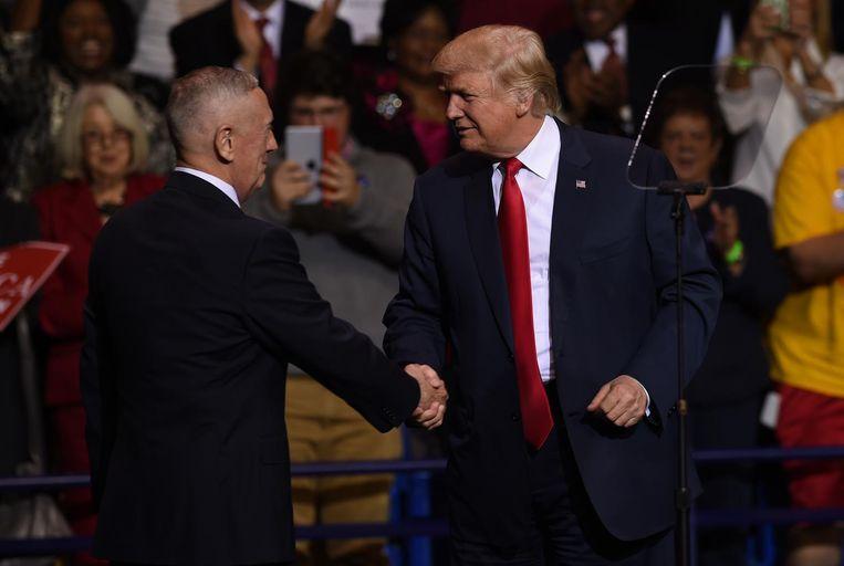 Trump schudt voormalig mariniersgeneraal James Mattis de hand tijdens zijn bezoek woensdag aan North Carolina. Beeld AFP