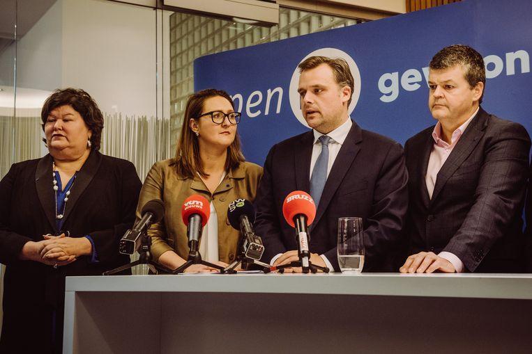 Philippe De Backer (2e r.) kondigde enkele weken geleden zijn exit uit de politiek aan. Daardoor moest voorzitster Gwendolyn Rutten op zoek naar een nieuwe lijsttrekker voor de Kamer.