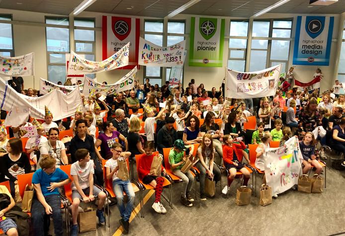 De leraren werden aangemoedigd door flink wat leerlingen tijdens het Onderwijsgala van BN DeStem op het Graaf Engelbrecht in Breda.