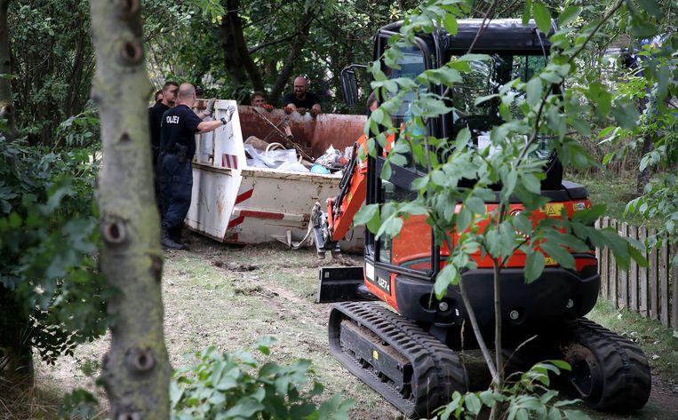 Een van de afvalcontainers met opgegraven puin bij het officieuze volkstuintjescomplex aan de buitenrand van Hannover.  Beeld EPA