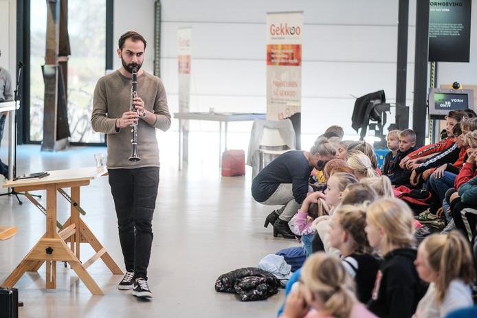 Haidar in actie tijdens zijn voorstelling. Foto : Jan Ruland van den Brink