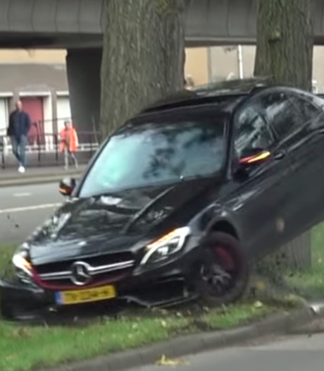 Supersnelle Mercedes AMG crasht hard tegen boom in Rotterdam