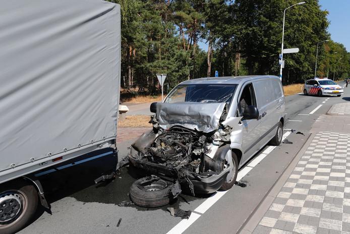 Busje rijdt achterop vrachtwagen in Leende.