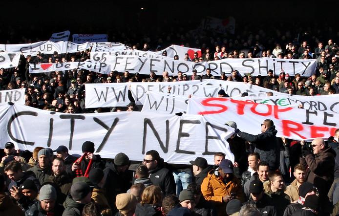 Tijdens Feyenoord-PSV werden er spandoeken tegen Feyenoord City getoond.