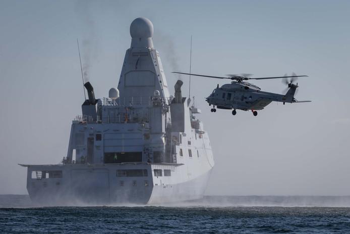 Het marineschip Zr.Ms. Groningen met helikopter in de Noordzee.
