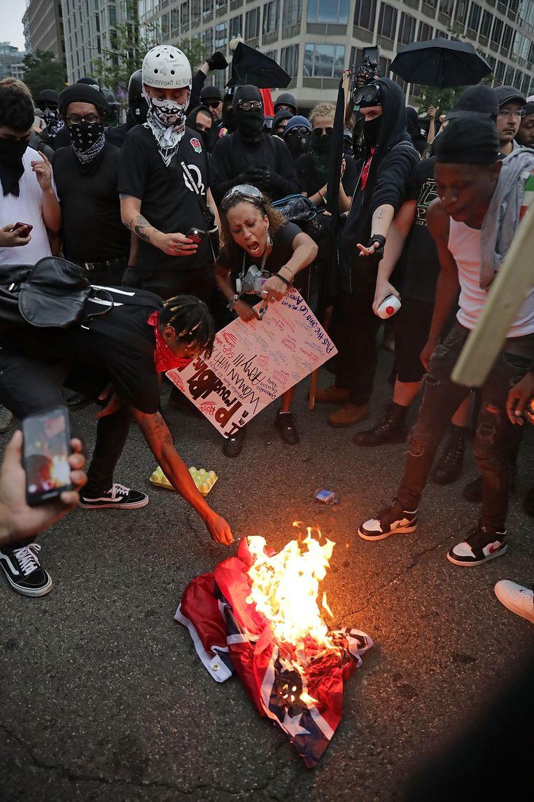 Tegenbetogers verbranden de Confederatievlag, een symbool van slavernij en onderdrukking.
