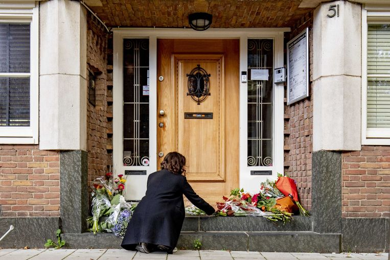 Belangstellenden leggen bloemen bij het kantoor van de doodgeschoten advocaat Derk Wiersum. De raadsheer van kroongetuige Nabil B. werd op straat geliquideerd.  Beeld ANP