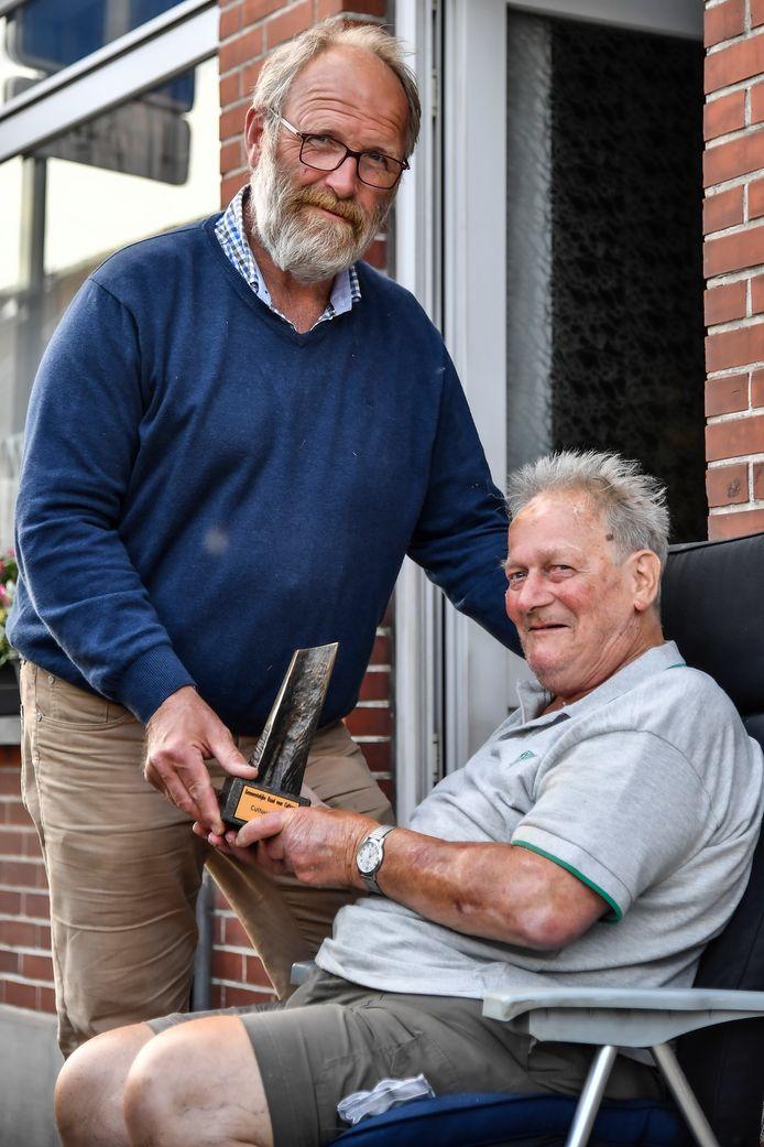 Mark De Block overhandigt de Cultuurprijs - van het hart -  aan Karel Wauters, alias Meneerke Wuif.