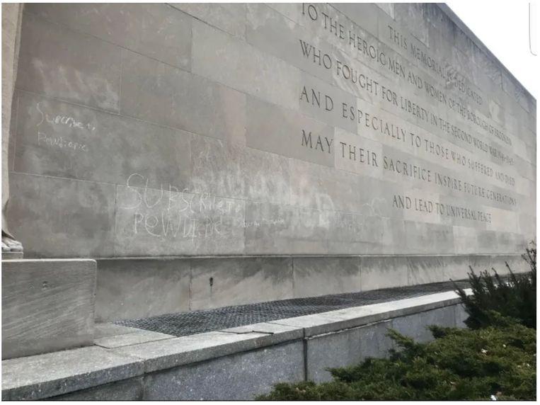 "Monument waarin ""Subscribe to PewDiePie"" gekrast staat."