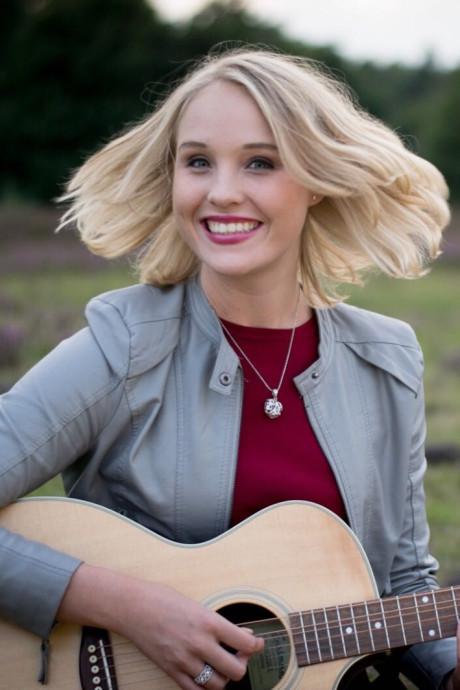Vechtersbaas-zangeres Lisanne Spaander (20) genezen van botkanker