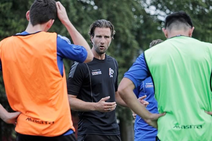 Stefan Hoogstede spreekt de spelersgroep toe.