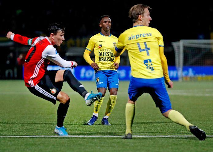 Steven Berghuis zet Feyenoord op voorsprong tegen Cambuur. Later in het bekerduel in Leeuwarden kreeg hij geel.