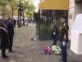 Burgemeester Parijs legt krans tijdens herdenking Bataclan