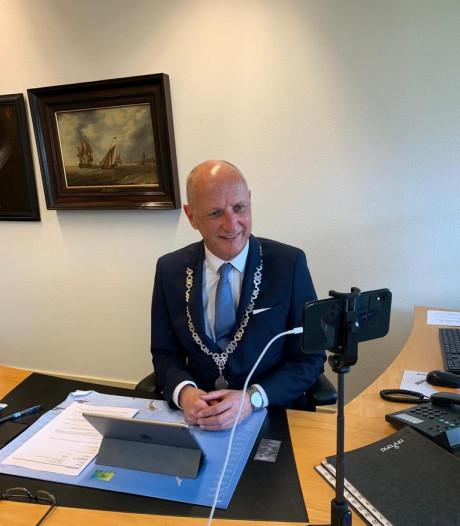 Veerse burgemeester steunt inwoners via Skype en sociale media