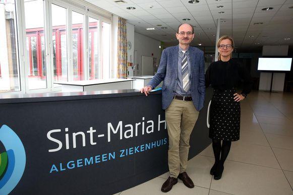 Algemeen directeur Axel Kerkhofs en medisch directeur Elke Haest in de inkom van het vernieuwde ziekenhuis.