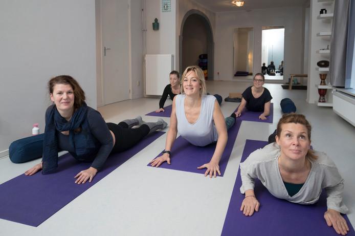 Hanna Stellingwerff (midden) tussen haar cursisten bij Het Yogaschooltje in Wageningen. ,,Yoga heeft mij zoveel goeds gebracht, iedereen moet dit ervaren.''