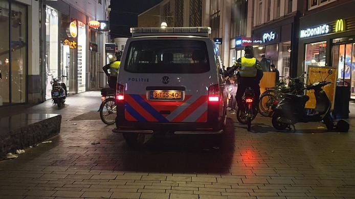 Archieffoto:de politie houdt scooters staande in het centrum van Enschede