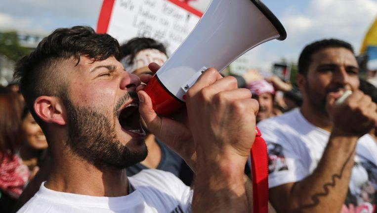 Een yezidi-man schreeuwt tijdens de demonstratie tegen het geweld van Isis in de Duitse stad Bielefeld. Beeld reuters