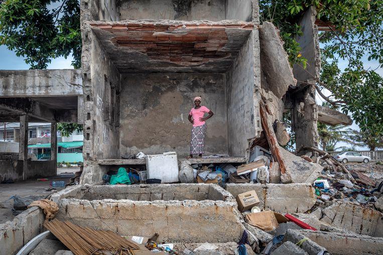Huizen die nu op de eerste rij staan, zijn ingestort omdat het zeewater bij hoogtij het zand onder de huizen wegspoelt. Op satellietbeelden is te zien hoe dezelfde huizen nog geen 15 jaar geleden praktisch midden in de wijk stonden.   Beeld Sven Torfinn