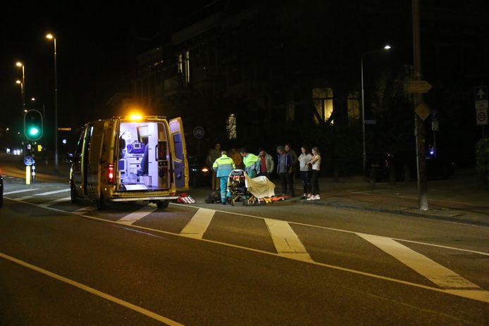Ambulance in actie op de Apeldoornseweg, na de aanrijding van een voetganger.