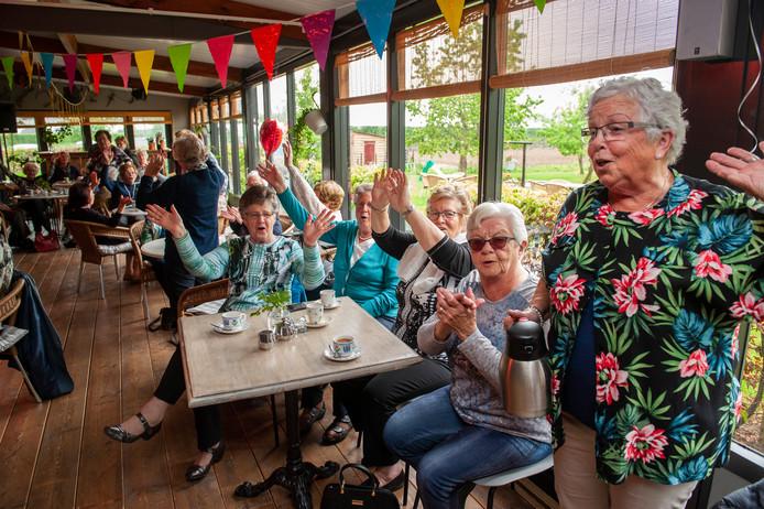 Slingers, koffie en gebak bij Natuurlijk Kersvers in Kerkdriel; het gezamenlijke verjaardagsfeest van Bejaardenwerk Nooitgedacht.