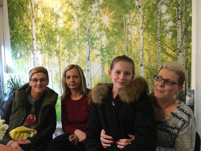 Aneta, Monika, de dochter van Aneta en tolk Kamila (vlnr).