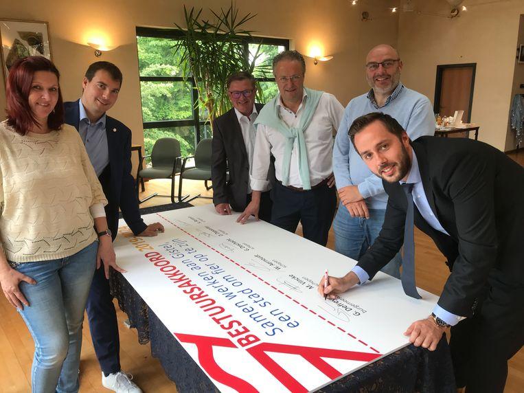 (vlnr) Ann Bentein, Dries Depoorter, Geert Deschacht, Wim Aernoudt, Michel Vincke en Gauthier Defreyne stellen het bestuursakkoord voor