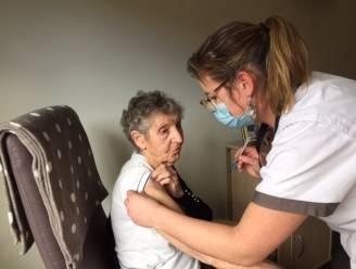 98-jarige Henriette als eerste Oostrozebeekse gevaccineerd