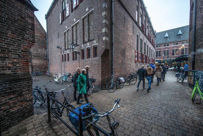 Het incident tussen Younes en de pizzakoerier vond plaats in een van de steegjes net achter het Bethlehemkerkplein in Zwolle.